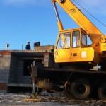 Карпинские строители возвели первый из трех этажей нового дома для переселенцев из ветхого жилья
