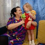 В Карпинске 3-летняя девочка не хочет жить со своей родной мамой