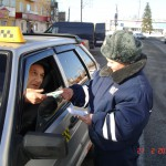 Юные инспекторы поздравили карпинских водителей с праздником