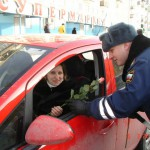 Сотрудники ГИБДД дарили женщинам цветы