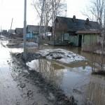Улицу Суворова в Карпинске — затопило