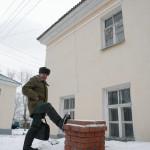Талый снег снес печную трубу. Крыша дома на улице Свердлова разрушена