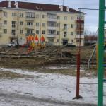 В одном из дворов Карпинска спиленные тополя не убирают уже две недели