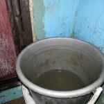 В Карпинске у жителей дома №53 на улице Колхозной в подъезде случился потоп