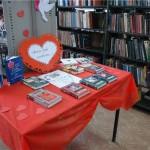 В карпинской библиотеке открылась выставка, посвященная влюбленным