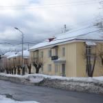 Тут (ул.Карпинского) видно, что снег на крышах никто не убирал.