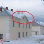 Если бы девочка решила слепить снеговик с другой стороны дома, страшно подумать, что могло бы произойти...