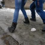 В Карпинске, несмотря на гололед, тротуары подсыпать не будут