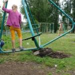 Почему аварийные конструкции на детских площадкахне ремонтируется годами? Кто за них отвечает?