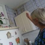 Жительница Карпинска не может дозваться коммунальщиков. Ее квартиру топит три месяца