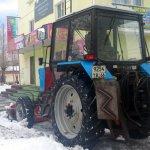В Карпинске начали посыпать улицы. А потом сгребать с них снег