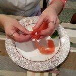 Начиная с основания помидора, срезаем по спирали его кожицу одной полоской. Чем тоньше будет эта полоска, тем равномернее она завернется. Собираем ее в розочку (мякотью внутрь), используя широкое начало полоски как основание.