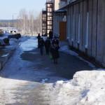 """Избиратели, отдавшие свой голос, уходят с избирательного участка. Фото: Юлия Пивоварова """"ВК"""""""