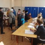 """Днем возле кабинок собиралось от пяти до восьми избирателей одновременно. Фото: Юлия Пивоварова """"ВК"""""""