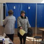 """Выйдя из кабинки для голосования, избиратели направляются к урне. Фото: Юлия Пивоварова """"ВК"""""""