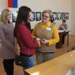 """Всех, кто пришел на выборы впервые, отметили подарками. Фото: Юлия Пивоварова """"ВК"""""""