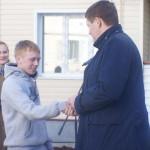 Сергей Бидонько вручает ключи от квартир новоселам