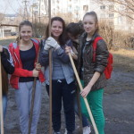 Карпинские школьники с улыбкой метут улицы