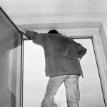 В Карпинске мужчина в алкогольной горячке трижды прыгал из окна