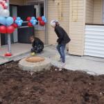"""Мусор возле подъездов девушки из строительной фирмы убирали буквально перед торжественным открытием. Фото: Юлия Пивоварова """"ВК"""""""