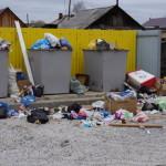 """Такой """"пейзаж сразу бросался в глаза. На фоне новых домов и детской площадки """"красовалась"""" помойка. Фото: Юлия Пивоварова """"ВК"""""""