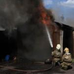 В Карпинске огонь с мусорных баков перекинулся на гаражи