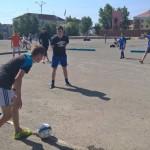 Ребята играют в футбол, пропагандируя активный отдых