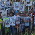 Около сотни детей несли портреты воинов