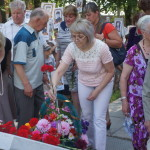 Возложить цветы к обелиску пришли десятки людей