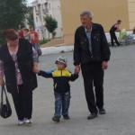 Внуки вывели бабушек и дедушек на праздничную прогулку
