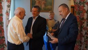 Александ Аскаров сердечно поздравил ветерана, бывшего заместителя председателя городского исполкома