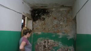 Еще два месяца назад перед входом в блок стена была более чистая