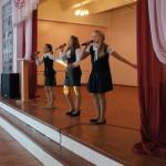 Уверенно и артистично держатся на сцене вокалистки из школы № 2