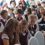Девчонки пришли на День знаний с шикарными прическами