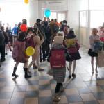 В праздничный день фойе школы расцвечено яркими красками