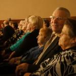 Пенсионеры внимательно слушали  выступающих артистов