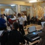 """Инструментальный ансамбль """"Ретро"""" перебрался в фойе, где играл танцевальную музыку"""