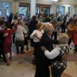 Танцующих со временем становилось все больше