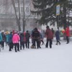 В танце участвовало 12 девушек, но к акции было привлечено гораздо больше детей