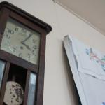 Антикварные часы дополняют атмосферу того времени