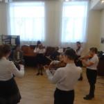 Ансамбль скрипачей выступает перед гостями