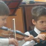 Для игры на скрипке нужна концентрация и сосредоточеность