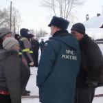 Жильцы дома рассказывают пожарным как все произошло