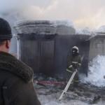 Хозяин дома смотрит на сгоревший гараж