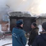 Хозяин дома Сергей разговаривает с сотрудниками отдела надзорной деятельности