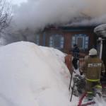 Пожарные подступают к дому со всех сторон