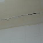 Гипсокартон на потолке пошел трещинами из-за влаги