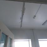Трещины проходят рядом с осветительными лампами и электропроводкой