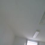 Потолок зашит гипсокартоном. Ненадежная защита от протечек