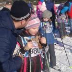 Маленькая спортсменка слушает наставления своего отца